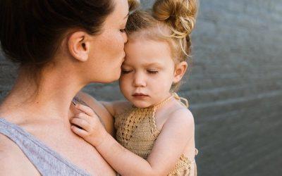 De Ziua Copilului, luaţi-vă în braţe copilul din voi şi spuneţi-i că îl iubiţi aşa cum este!